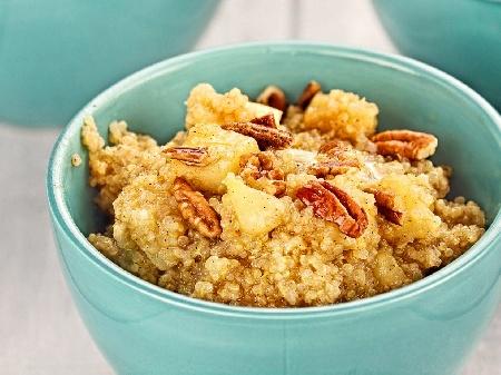 Десерт / закуска с киноа, кисело мляко, карамелизирани ябълки и орехи - снимка на рецептата